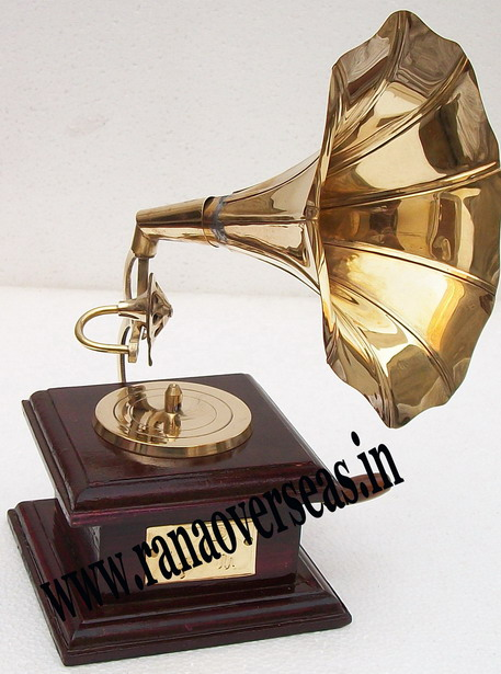 DECORATIVE ANTIQUE GRAMOPHONE 4
